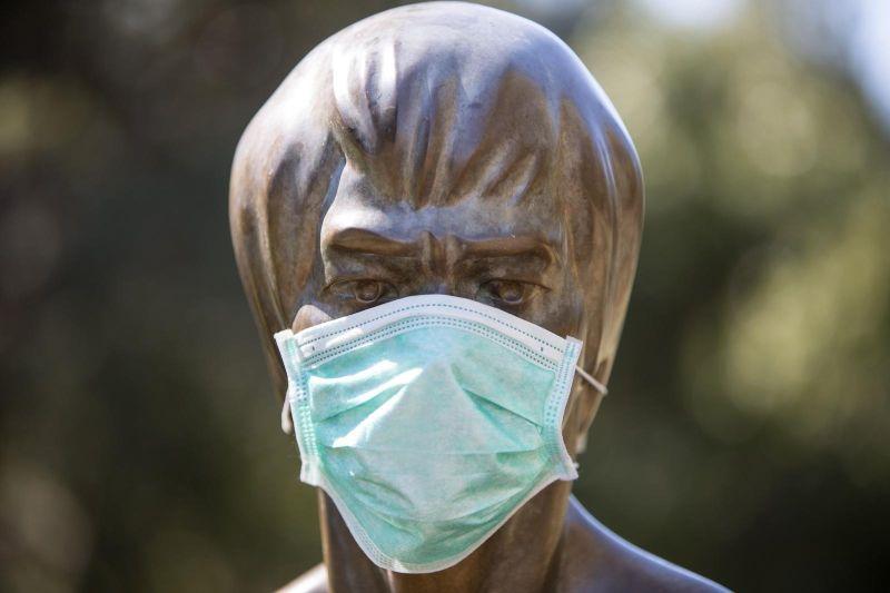 Mostar: Kip Bruce Leeja osvanuo sa zaštitnom maskom i rukavicama